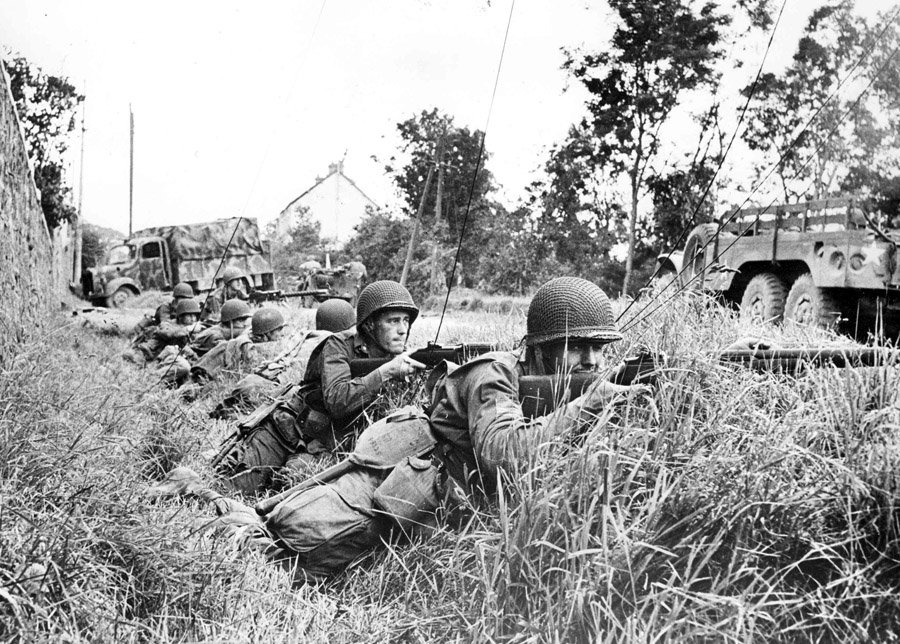 American soldiers of the 9th Infantry Division in coverage at Saint-Sauveur-le-Vicomte, Jun 1944